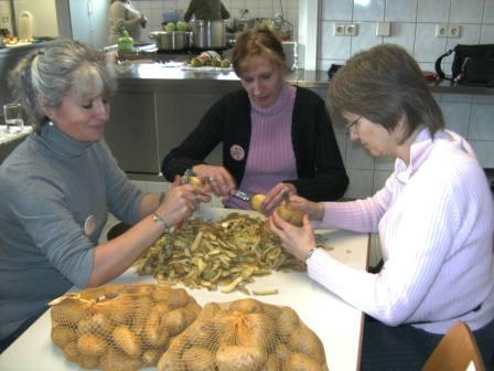 """in der Küche soregen unsere """"Heinzelfrauchen"""" für das leibliche Wohl der Mitarbeiterschar!"""